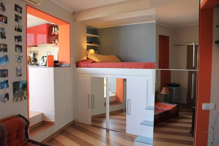 Panoramica della zona notte, a destra la cucina: Camera da letto in stile  di UAU un'architettura unica