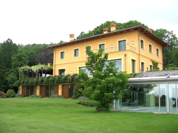 Sistemazione esterna di casa privata con piscina (coperta - scoperta) nord Piemonte: Giardino in stile in stile Moderno di Bozzalla Canaletto - Architettura del Giardino e del Paesaggio