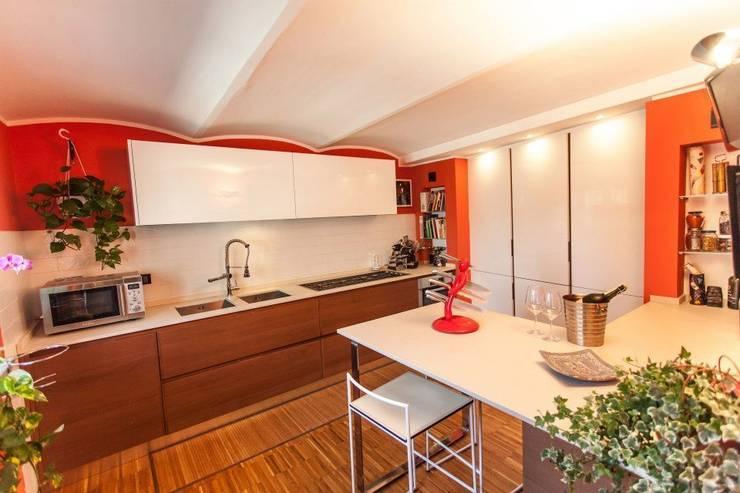 La cucina: Cucina in stile in stile Moderno di UAU un'architettura unica