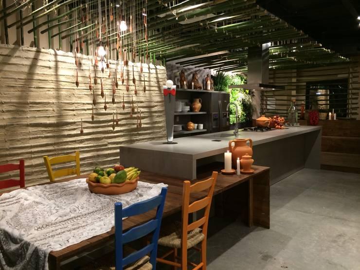 Cozinha da terra - Mostra Casa e Cia-SC 2014: Centros de exposições  por Mantovani e Rita Arquitetura
