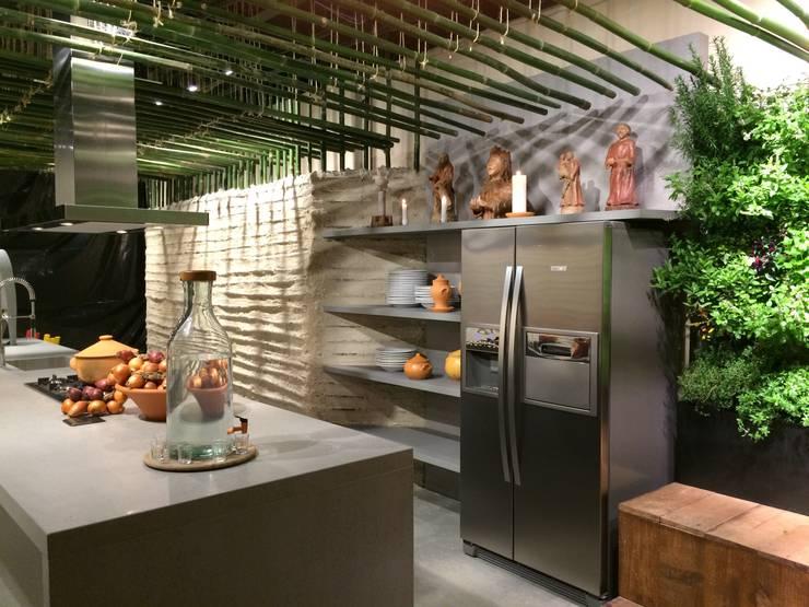 Cozinha da terra – Mostra Casa e Cia-SC 2014: Centros de exposições  por Mantovani e Rita Arquitetura