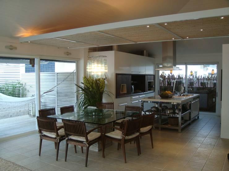 Apto AA – Ed. Água Marinha: Salas de jantar  por Mantovani e Rita Arquitetura