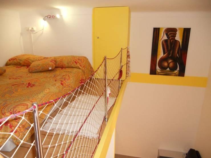 Il letto a soppalco sul bagno: Camera da letto in stile  di UAU un'architettura unica