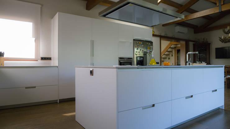 Proyecto y realización de cocina , terminado en blanco: Cocinas de estilo  de KITS INTERIORISME