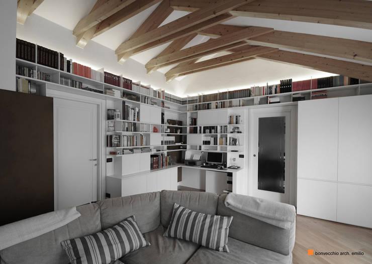 Casa_V: Soggiorno in stile in stile Moderno di Emilio Bonvecchio Architetto