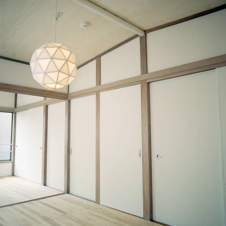 U-House: AIDAHO Inc.が手掛けた寝室です。
