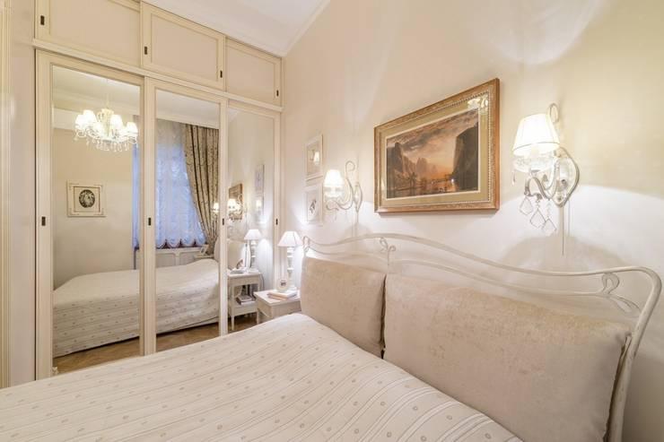Camera da letto in stile classico di ELENA BELORYBKINA Classico