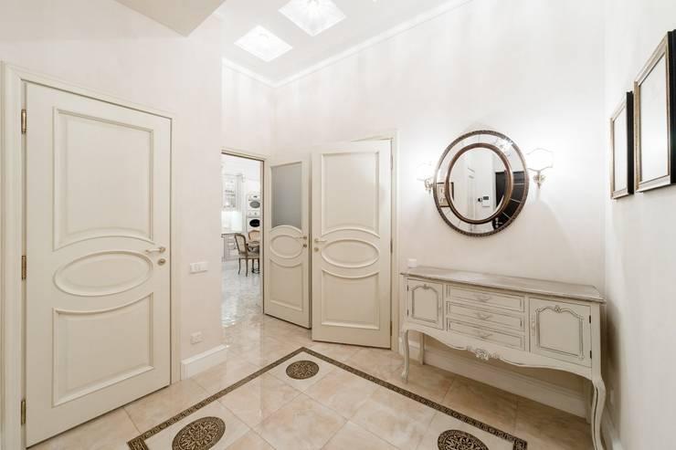 Ingresso, Corridoio & Scale in stile classico di ELENA BELORYBKINA Classico