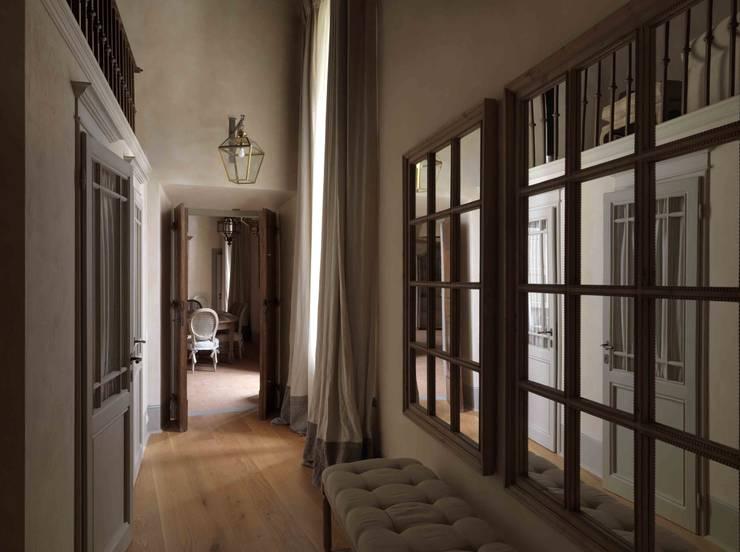 Palazzo nel centro d Pistoia: Ingresso, Corridoio & Scale in stile  di Antonio Lionetti Home Design