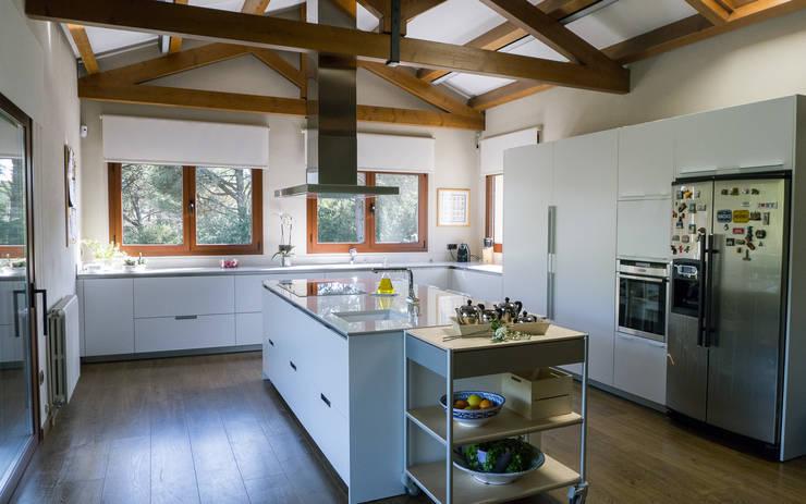 Cozinhas modernas por COCINAS SANTOS