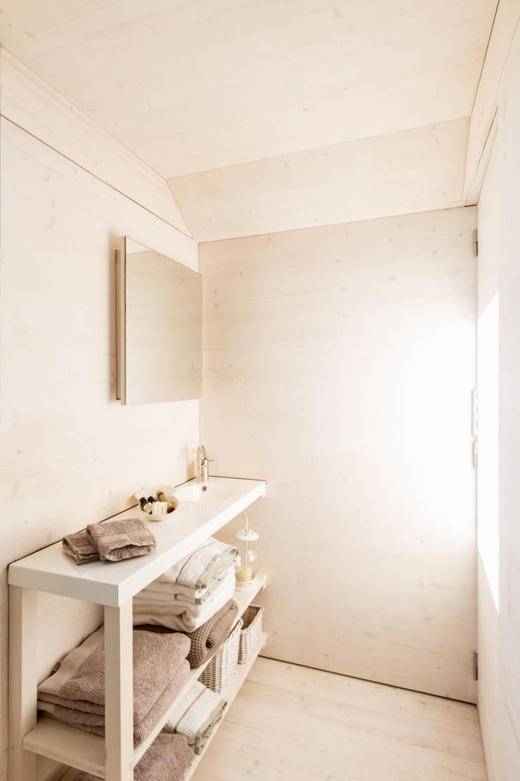 CASA TRANSPORTABLE  ÁPH80: Baños de estilo  de ÁBATON Arquitectura