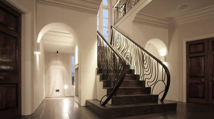 Alessandro Isola Ltdが手掛けた廊下 & 玄関, モダン