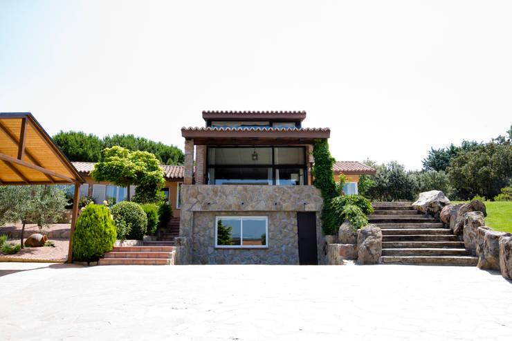 Paredes de piedra: Casas de estilo  de IPUNTO INTERIORISMO