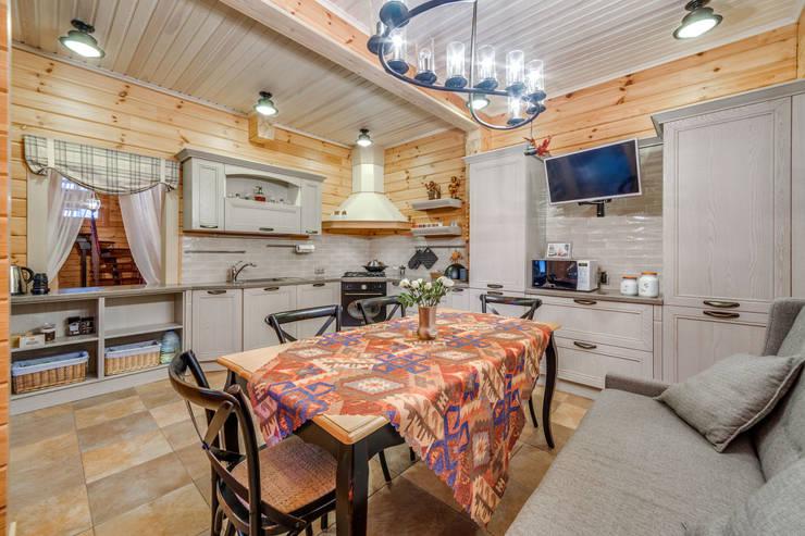 Интерьеры загородного дома из клееного бруса: Кухни в . Автор – Be In Art