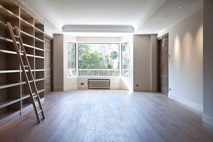 Rehabilitación de ático en Turó Park, Barcelona: Salones de estilo clásico de MANO Arquitectura