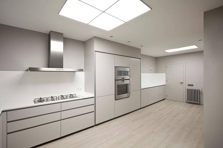 Rehabilitación de ático en Turó Park, Barcelona: Cocinas de estilo minimalista de MANO Arquitectura