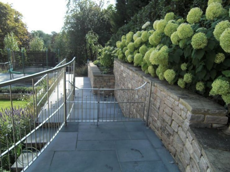 Large contemporary family garden design, Kenley, Surrey:  Garden by Linsey Evans Garden Design
