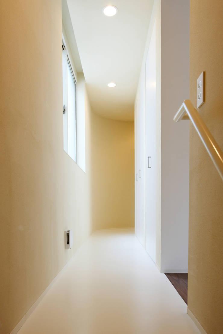 SLIDE HOUSE (House in Nakameguro): LEVEL Architectsが手掛けた廊下 & 玄関です。