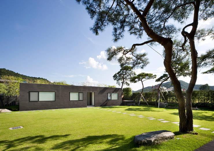 Floating House: hyunjoonyoo architects의  정원