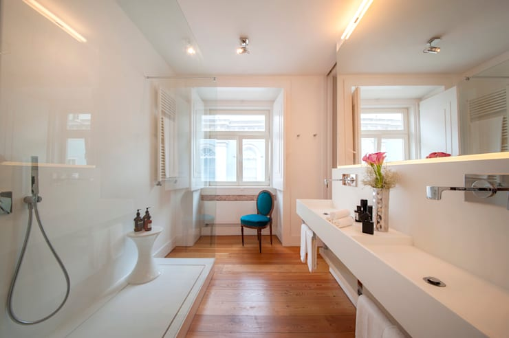 Contemporary bathroom: Casas de banho modernas por Home Staging Factory