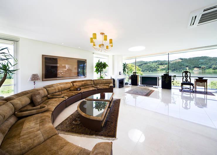 Living room by hyunjoonyoo architects