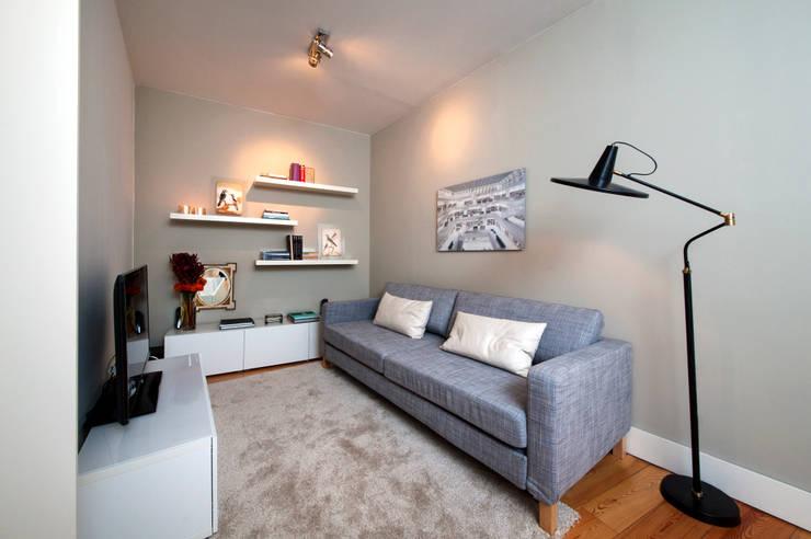 media room: Salas multimédia modernas por Home Staging Factory