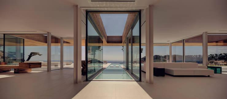 Rehabilitación de vivienda unifamiliar en la Costa Brava: Pasillos y vestíbulos de estilo  de THK Construcciones