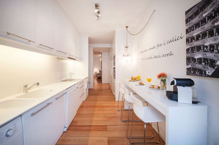 white kitchen: Cozinhas minimalistas por Home Staging Factory