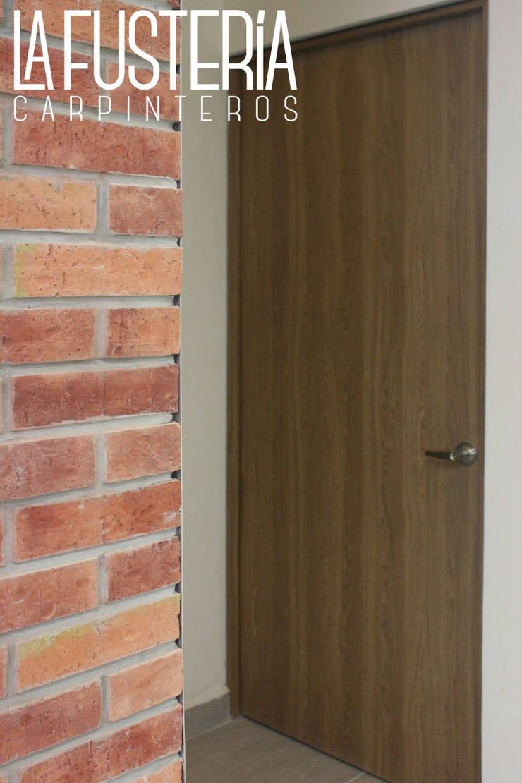 Puertas en Fórmica Gimnasios domésticos modernos de La Fustería - Carpinteros Moderno