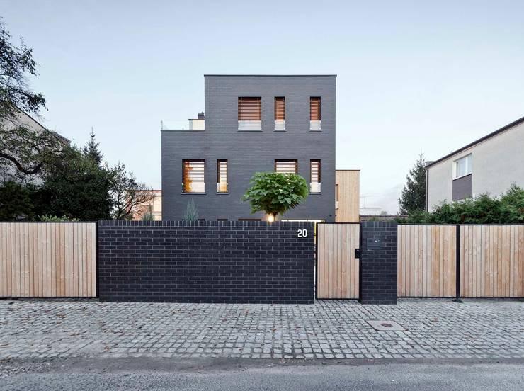 Dom jednorodzinny / elewacja frontowa: styl , w kategorii Domy zaprojektowany przez Easst.com