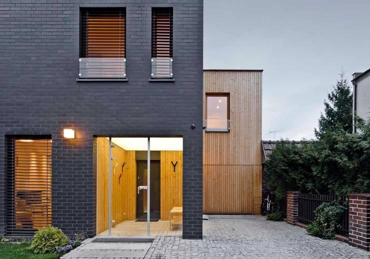 detal / wejście: styl , w kategorii Domy zaprojektowany przez Easst.com