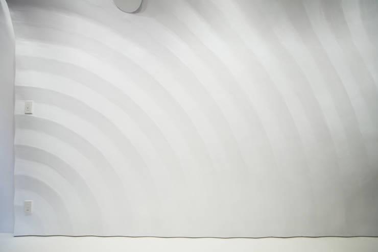 Maruyama Pharmacy: AIDAHO Inc.が手掛けた壁&床です。