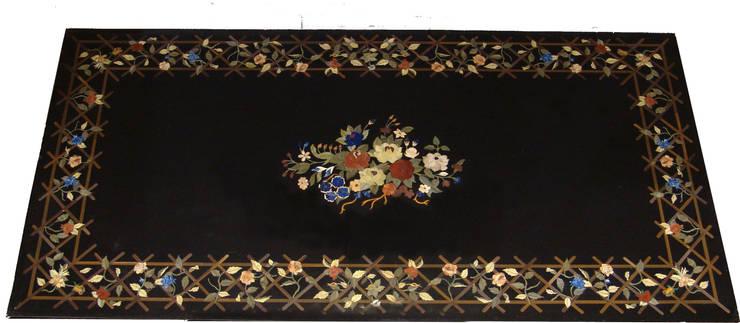 """Mesa rectangular de mármol negro """"flores"""": Salones de estilo  de Conely"""