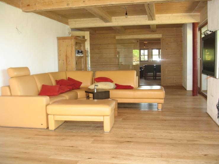 Wohnhaus am Ölbergring / Energetische Sanierung im Mangfalltal:  Wohnzimmer von architekturbuero-utegoeschel.de