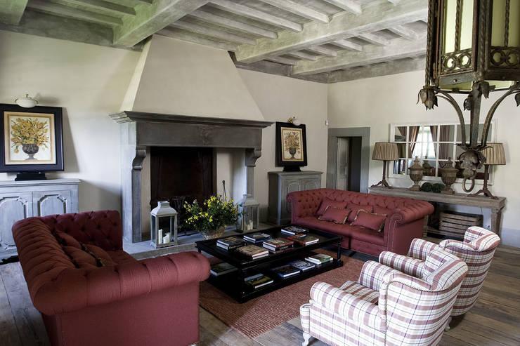 Casale sulle colline di Firenze: Soggiorno in stile in stile Classico di Antonio Lionetti Home Design