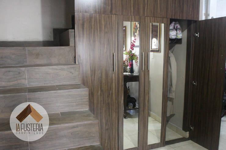 Stair Closet: Pasillos y recibidores de estilo  por La Fustería - Carpinteros