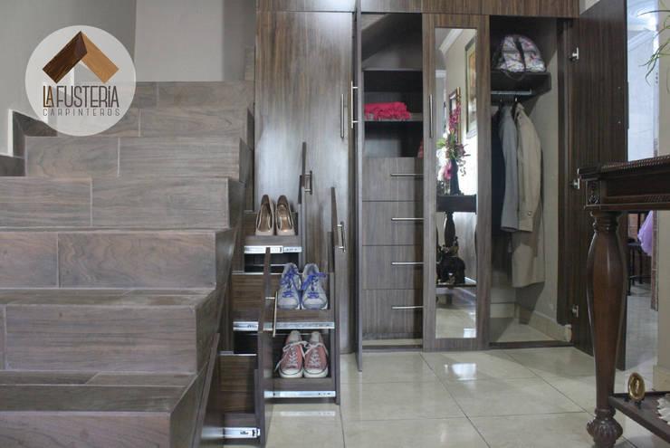 Ingresso & Corridoio in stile  di La Fustería - Carpinteros
