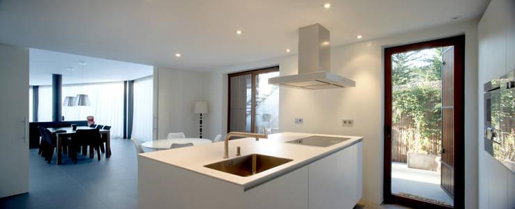 Construcción de vivienda unifamiliar en Vilassar de Mar, Maresme, Barcelona: Cocinas de estilo  de THK Construcciones