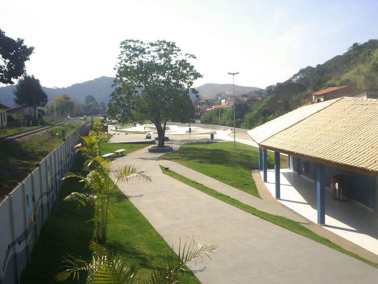 Praça Vila Nogueira: Jardins  por ODVO Arquitetura e Urbanismo