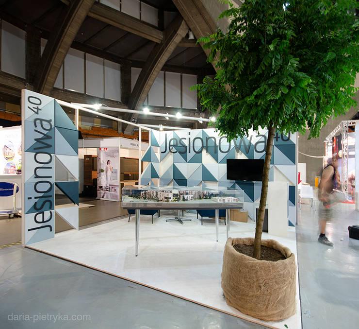 Stoisko targowe: styl , w kategorii Ściany i podłogi zaprojektowany przez MIEJSCA,