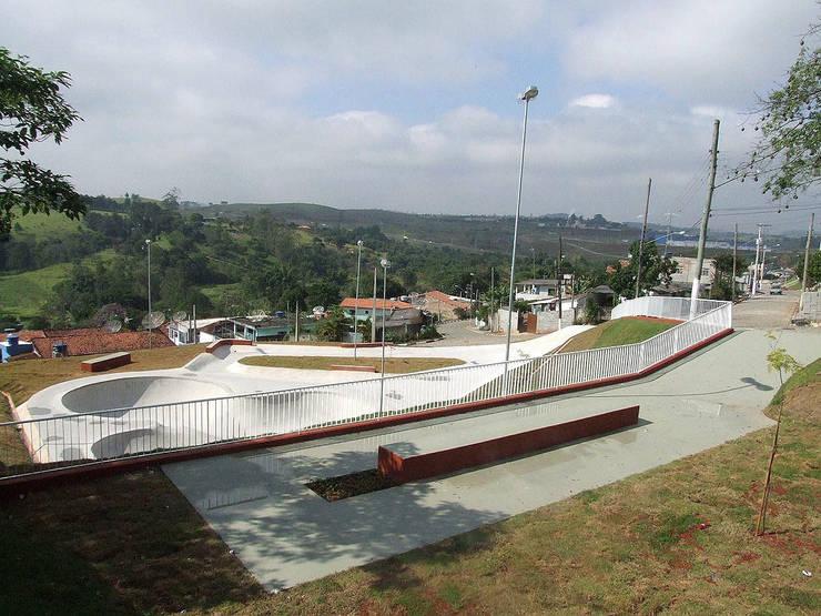 Praça Vila Parateí: Jardins  por ODVO Arquitetura e Urbanismo,Moderno