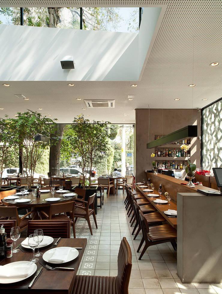 Restaurante Manish: Escadas  por ODVO Arquitetura e Urbanismo,