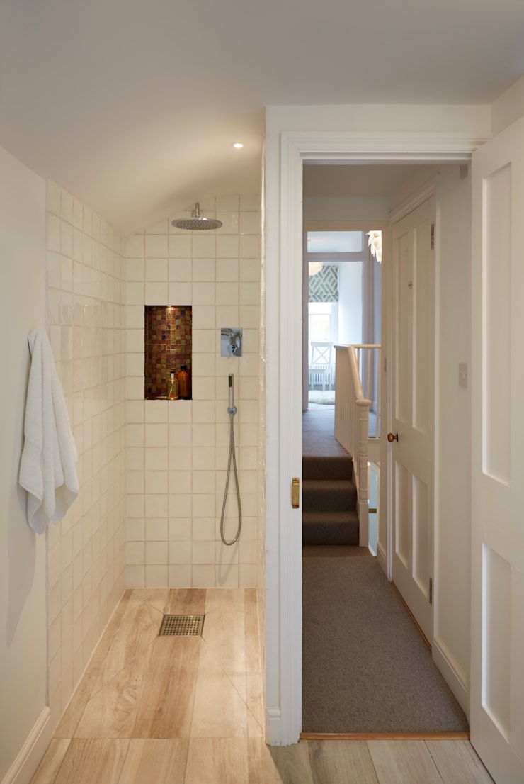 Wet room area in restricted space:  Bathroom by ZazuDesigns