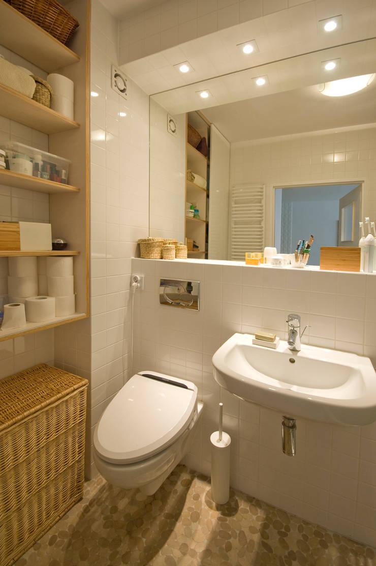 Łazienka_projekt_BiałyDom: styl , w kategorii Łazienka zaprojektowany przez MIEJSCA,