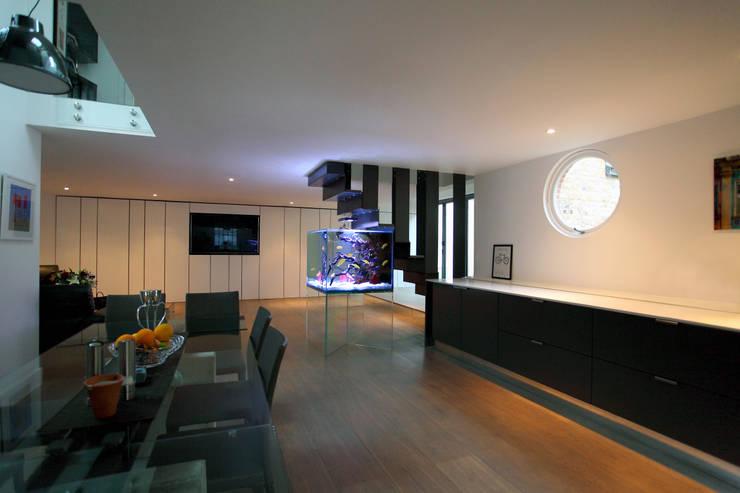 Bespoke Luxury Aquarium:  Living room by Aquarium Architecture