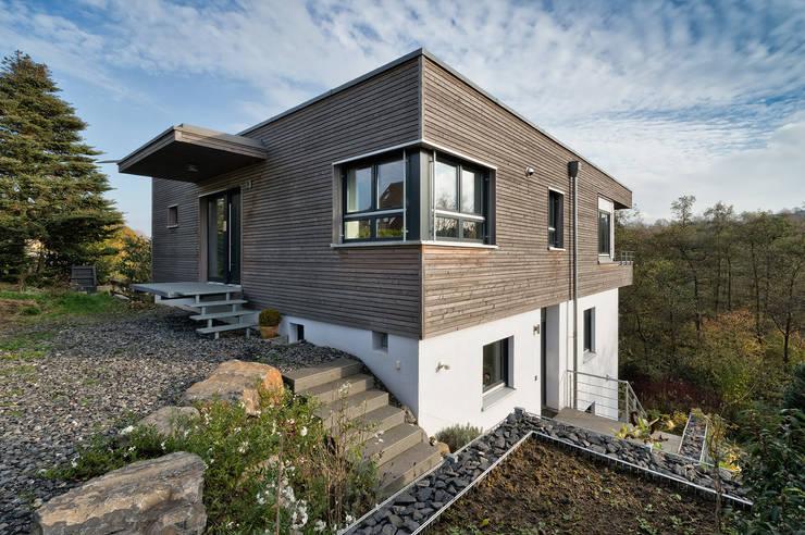 Nord-West-Ansicht: moderne Häuser von Natürlich Architektur