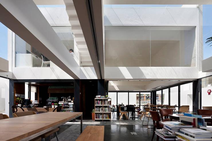 Mug Hakdong: hyunjoonyoo architects의  복도 & 현관