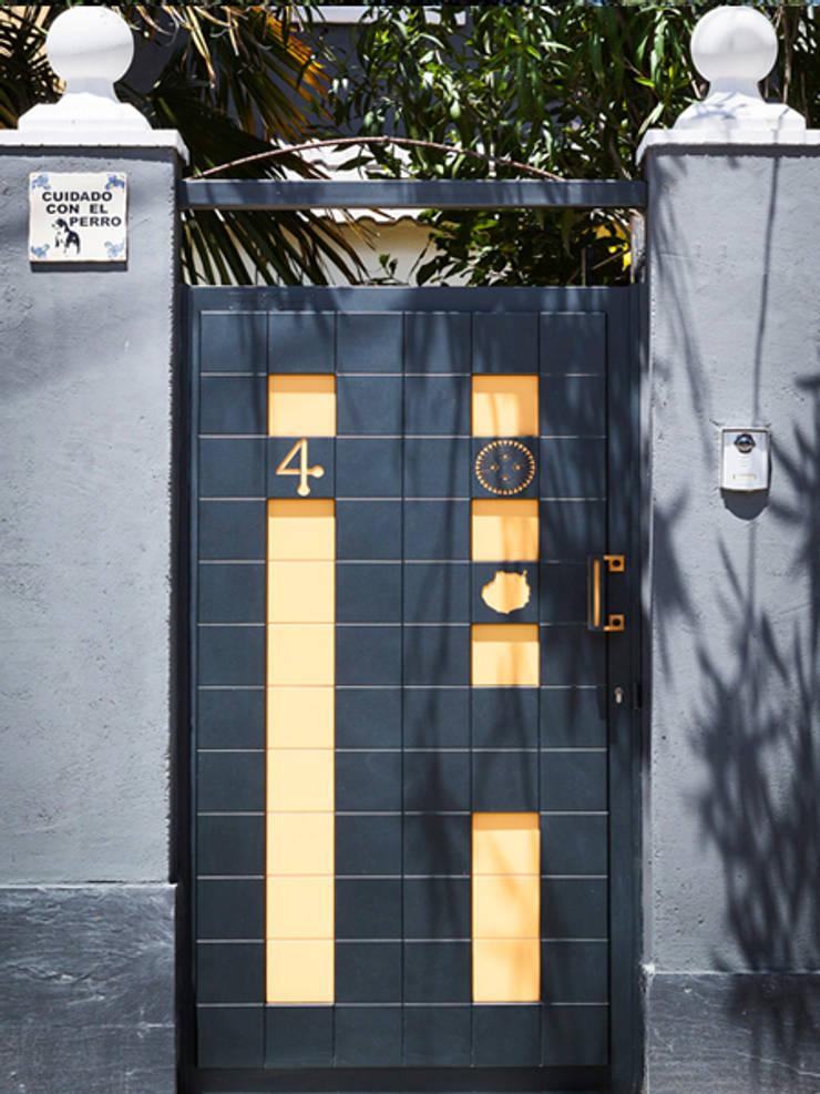 Puerta Peatonal personalizada Pixéling®: Puertas y ventanas de estilo  de Puerta Bonita