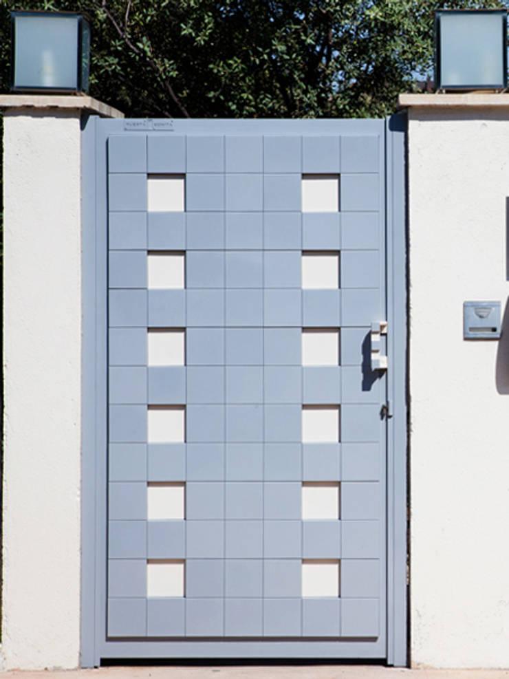 Puerta peatonal Pixéling®: Puertas y ventanas de estilo  de Puerta Bonita