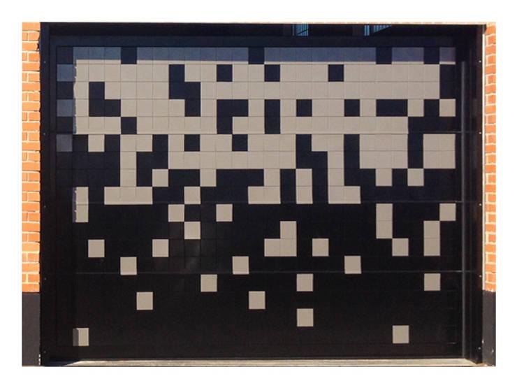 Puerta de garaje Seccional Pixéling®: Puertas y ventanas de estilo  de Puerta Bonita